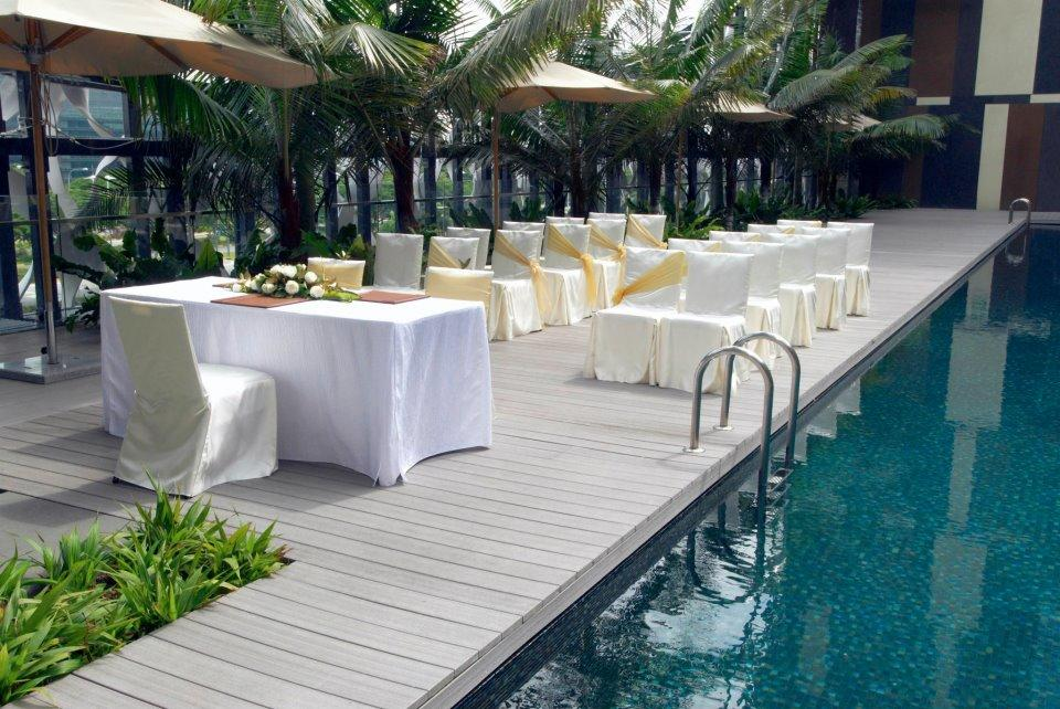 http://www.pwimages.com/images/perfectbride/0f58d808578cd62574ae74f410cebbe8-21-Poolside-Solemnisation.jpg