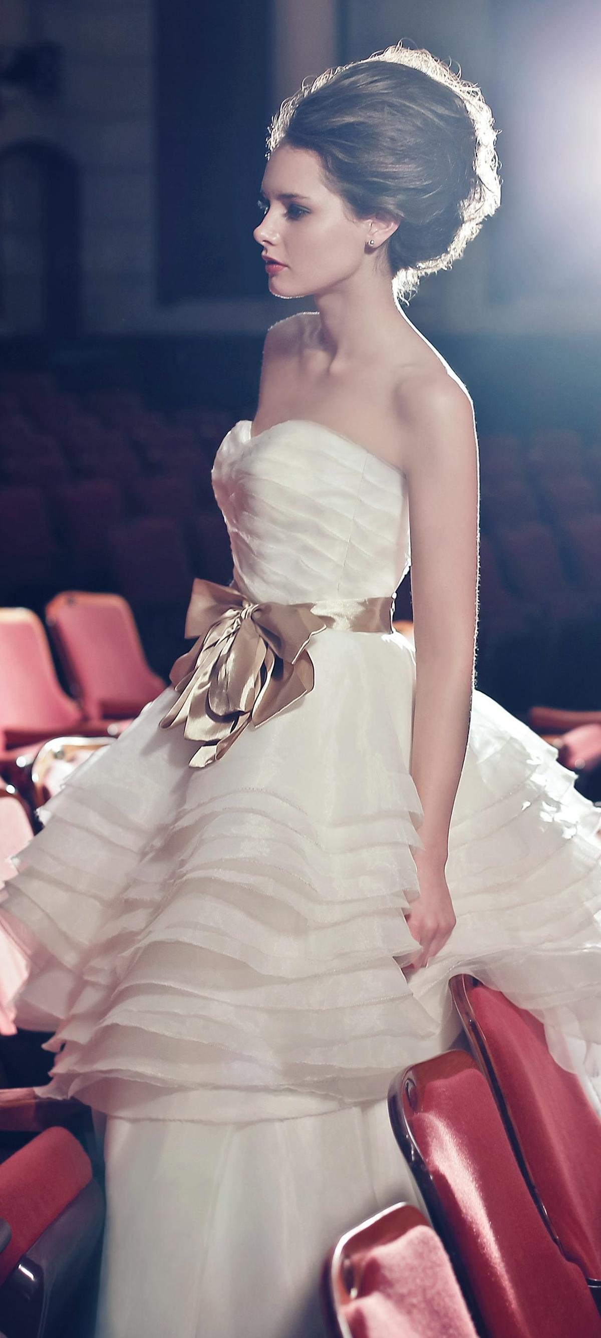 http://www.pwimages.com/images/perfectbride/439a5986f0518ed98749ff5139c013f2-004-cropped.jpg
