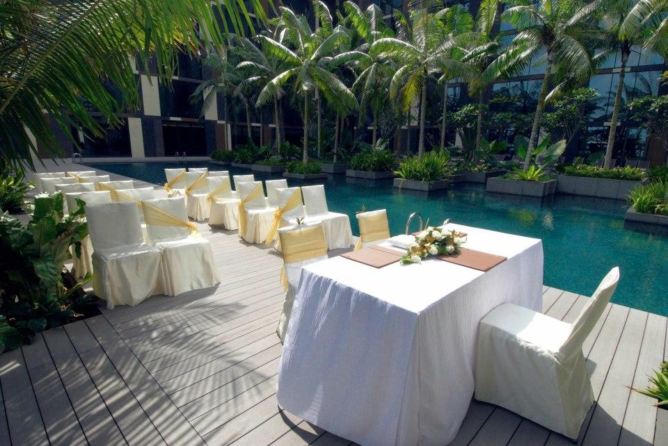 http://www.pwimages.com/images/perfectbride/50fea93bb9f49787826ab9a75c7f27c0-18-Poolside-Solemnisation.jpg