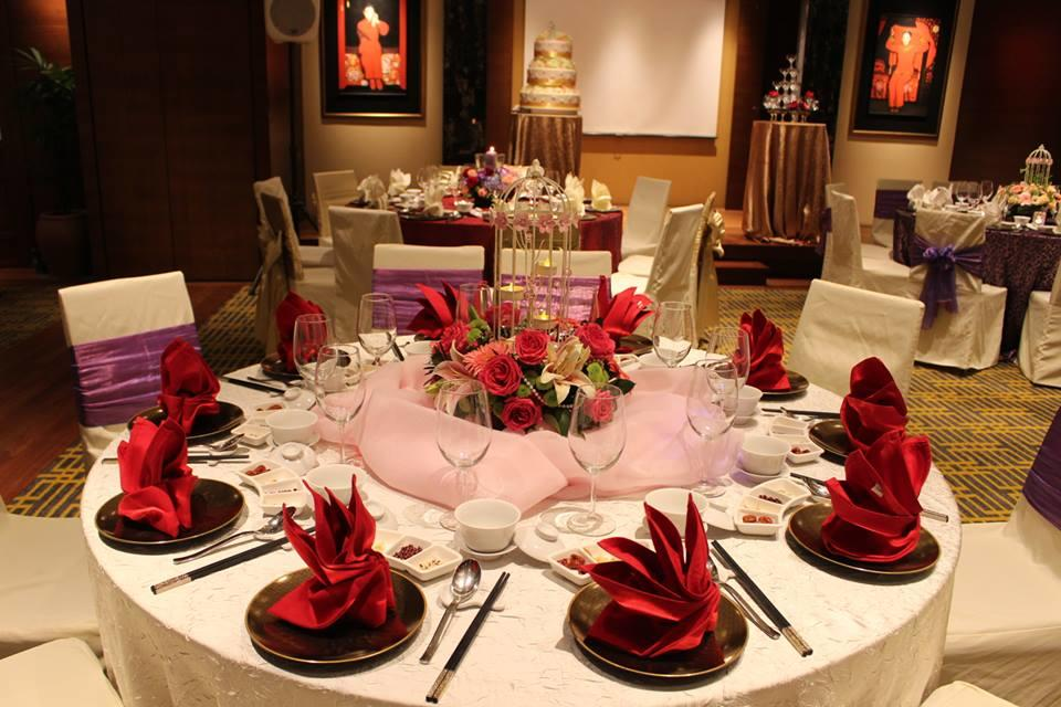 http://www.pwimages.com/images/perfectbride/8153ca830a1954b1fc4731f8b6bdc687-10-Table-Setting.jpg