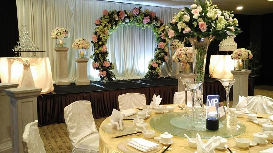 http://www.pwimages.com/images/perfectbride/8568d2ecef400341a590477f50d0dfd0-12-Wedding Setting.jpg