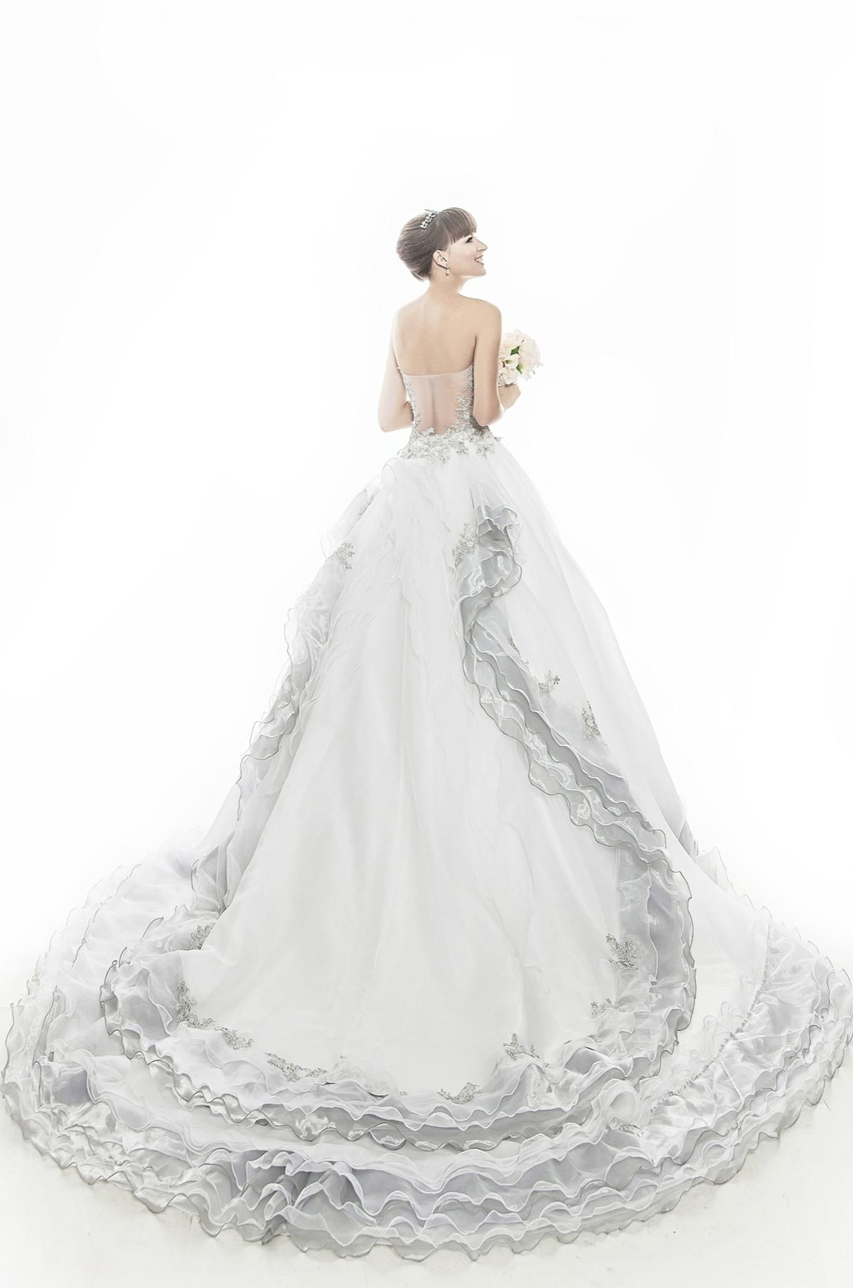 http://www.pwimages.com/images/perfectbride/a6452455f38f6f7505a1783058c457cc-IMG_6484.jpg