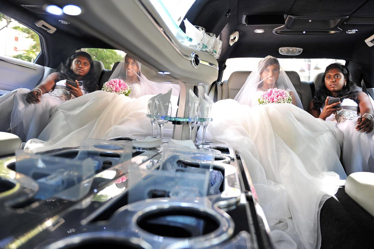http://www.pwimages.com/images/perfectbride/aad0b675955dc5543f49b2178fc62dd0-livesnapps_jasonlily_080613_040.jpg