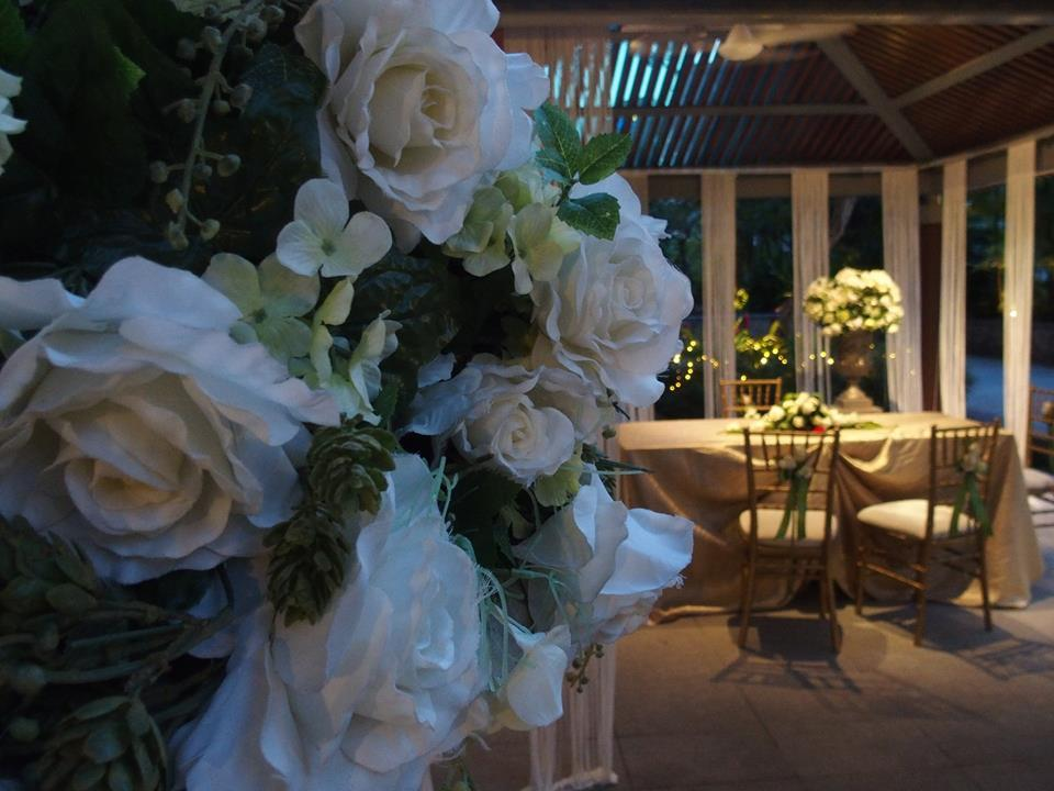 http://www.pwimages.com/images/perfectbride/b878eafd4dfd39849fe9a89daf4722f6-17-Floral Arrangement .jpg