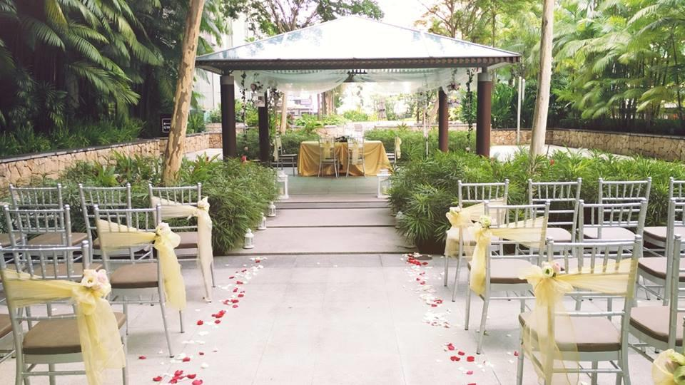 http://www.pwimages.com/images/perfectbride/cbecd39abf56d5dccc4bc0c47d29f415-5-Poolside Solemnisation.jpg