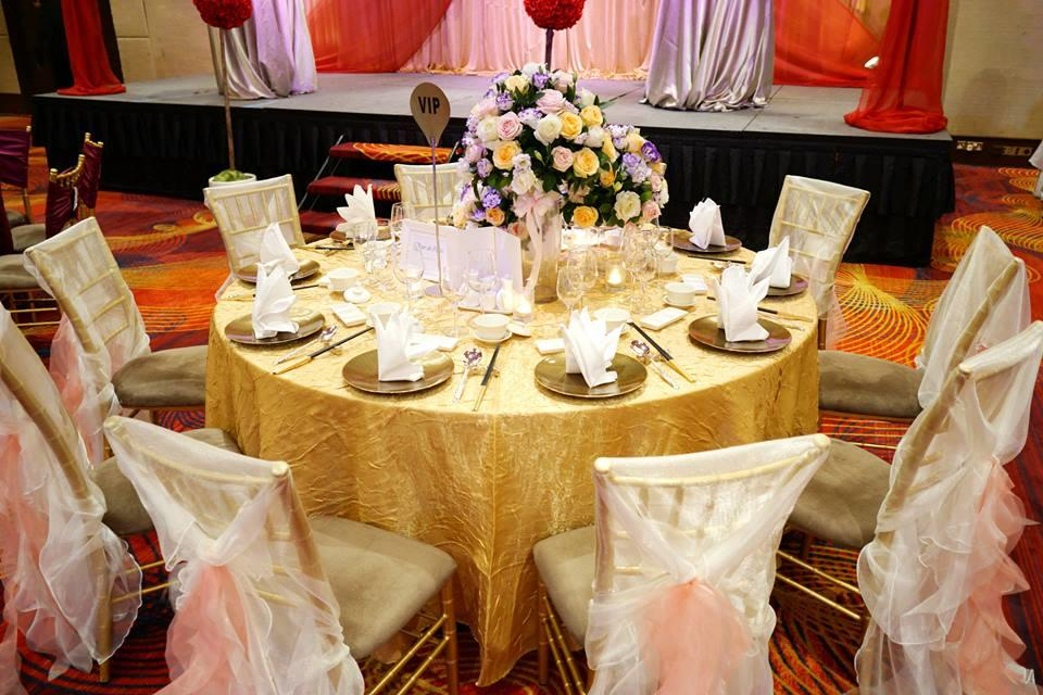 http://www.pwimages.com/images/perfectbride/d1688ecf0bb232121854f046e01fef92-23-Table-Setting.jpg