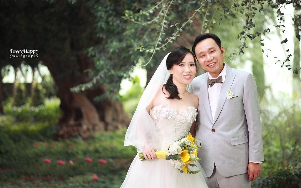 http://www.pwimages.com/images/perfectbride/e682af8634b1892324121e152c7f5cbc-BerryHappy-Photography-Pre-Wedding-02.jpg