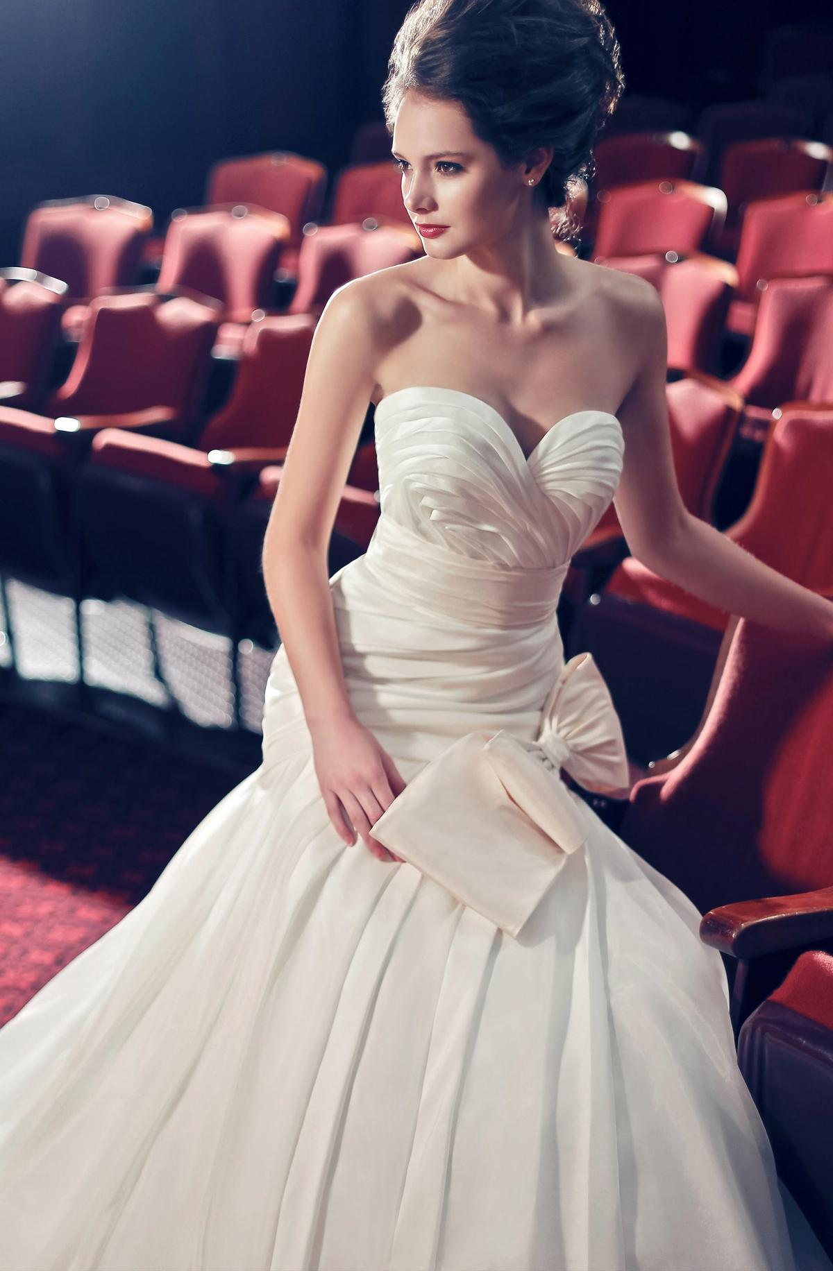 http://www.pwimages.com/images/perfectbride/ee60108809c161add4e8e7d34207ba04-002-cropped.jpg